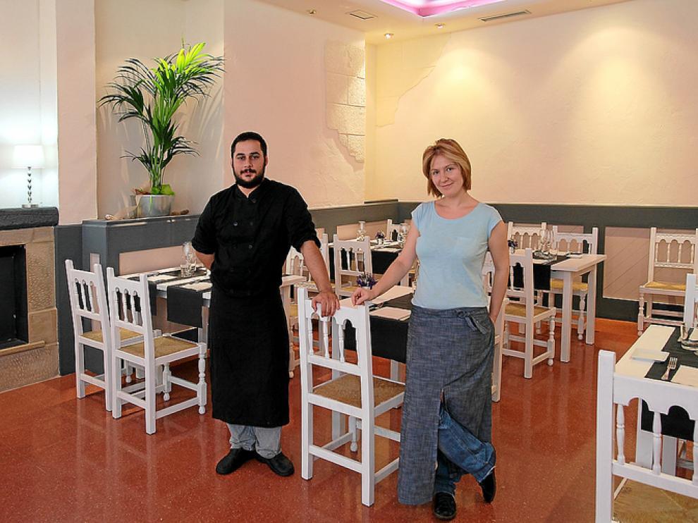 Aarón Chamarro y Esther Alonso en la sala del restaurante Entre Libros y Pucheros, de Zaragoza.