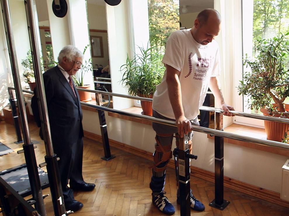Vuelve a caminar un hombre con parálisis gracias a un tratamiento pionero