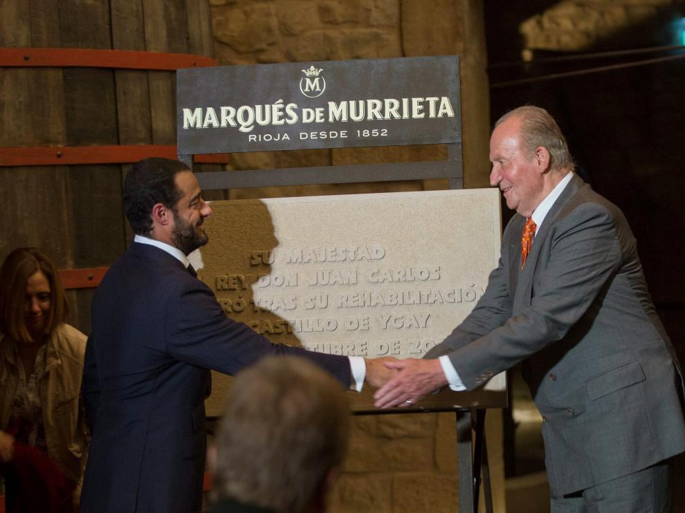 """Don Juan Carlos bromea sobre su salud y dice que ve """"muy bien y contento"""" a Felipe VI"""