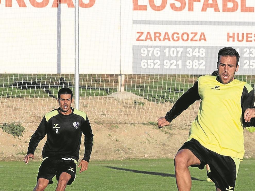 Aythami –izquierda– observa el control de Carlos David en el entrenamiento de ayer.