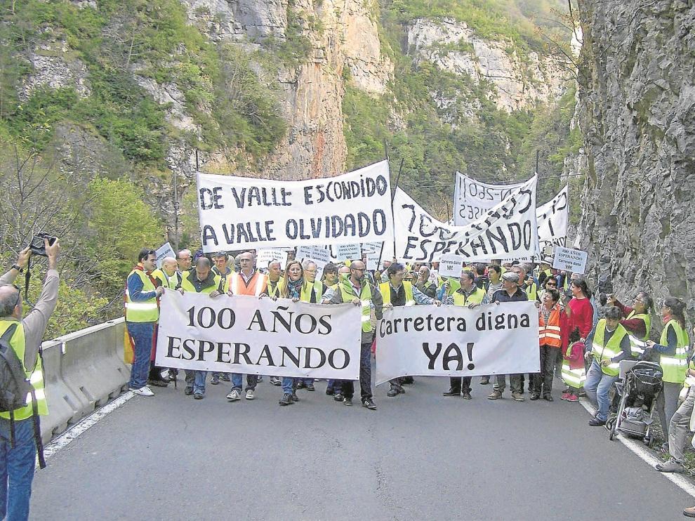 La cabecera de la manifestación que reivindicó ayer la mejora en la carretera N-260, a su paso por el congosto del Ventamillo.