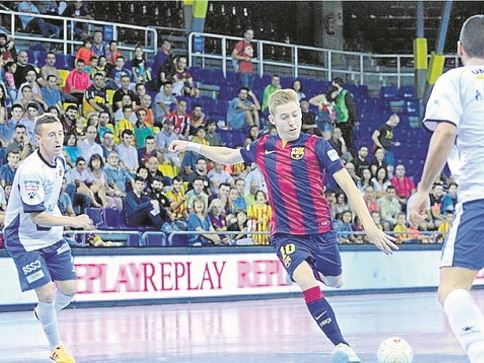 Batería conduce el balón ante la defensa de Álex Verdejo.
