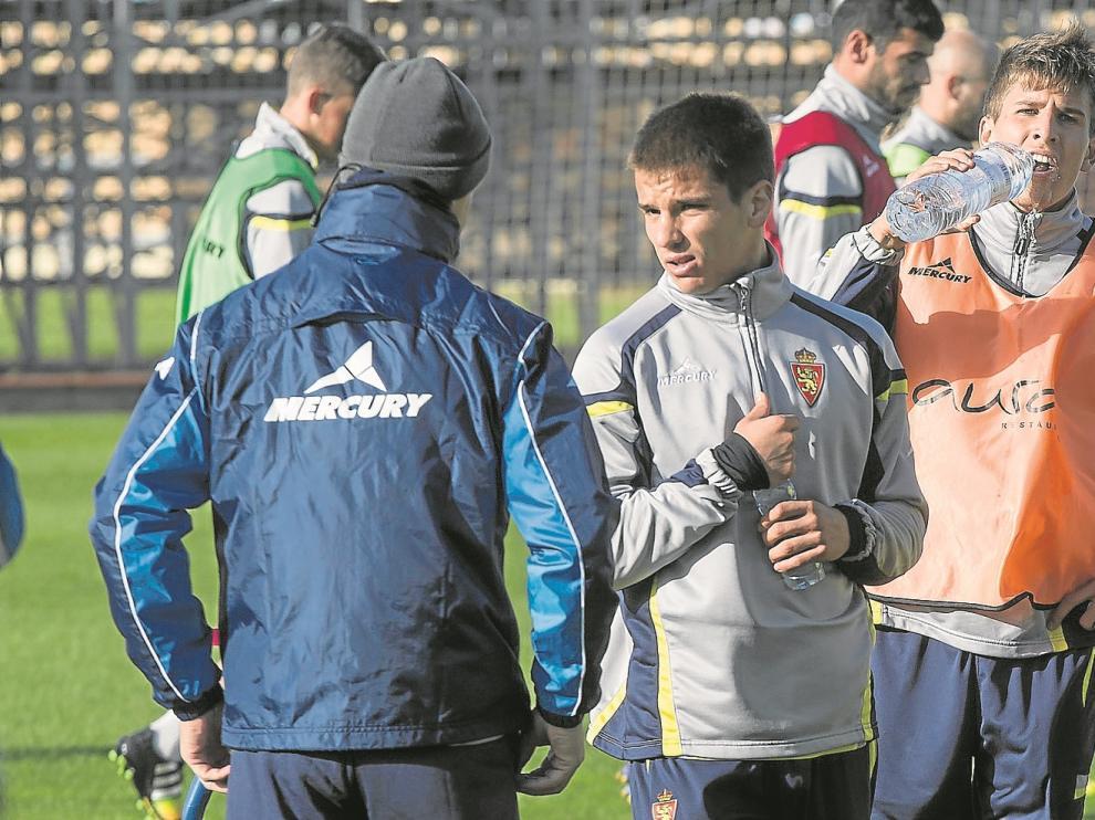 Galarreta conversa con el preparador físico, con Álvaro Tierno a su espalda.