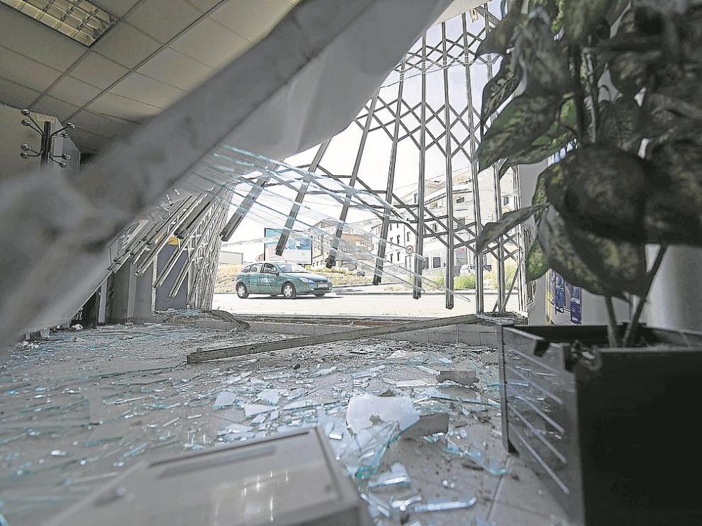 El coche rompió la valla y se coló dentro de un establecimiento de Neumáticos Martínez.