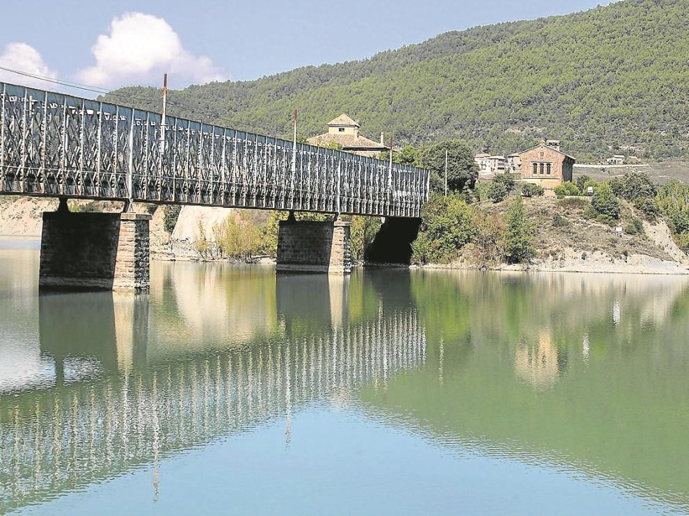 El pantano de La Peña, con el característico puente de hierro que lo atraviesa.