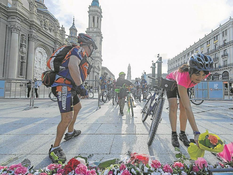 Ochenta ciclistas participaron en esta ofrenda, organizada por una tienda de bicis del Actur.