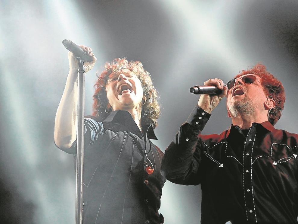 Bunbury y Calamaro, durante su concierto del sábado por la noche en México DF.