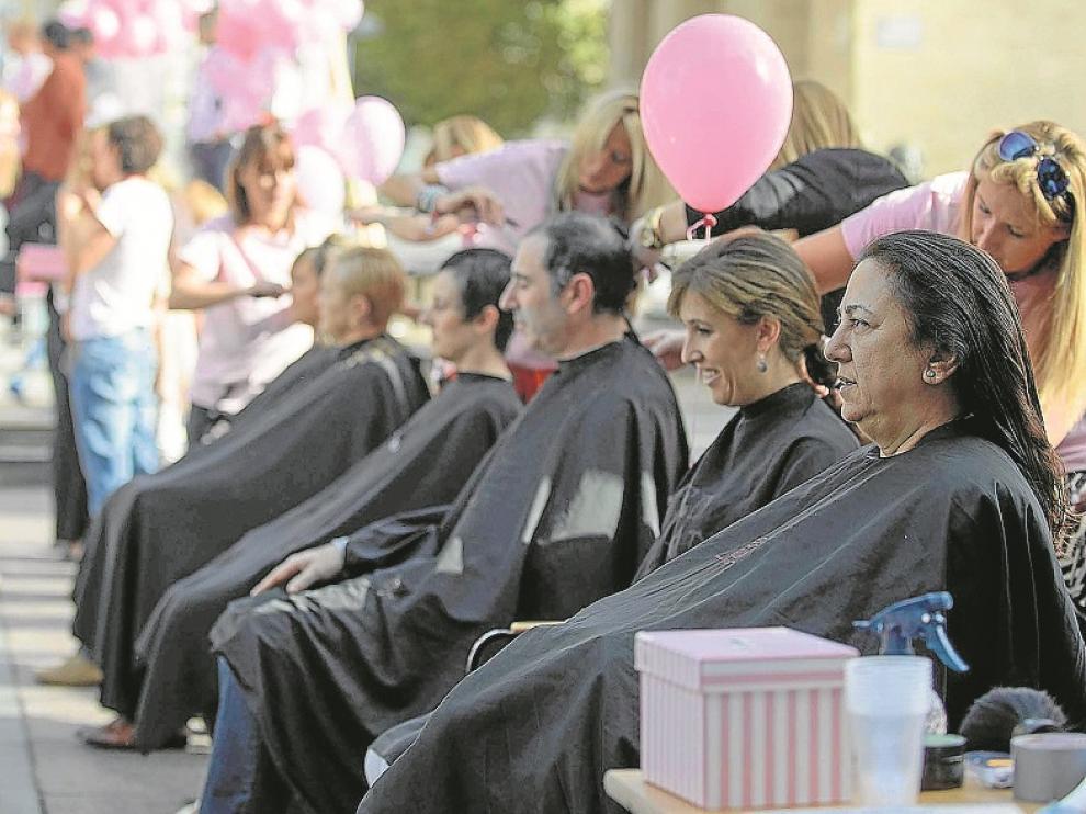 Tanto mujeres como hombres afrontaron el reto 'Mi pelo por ti'.
