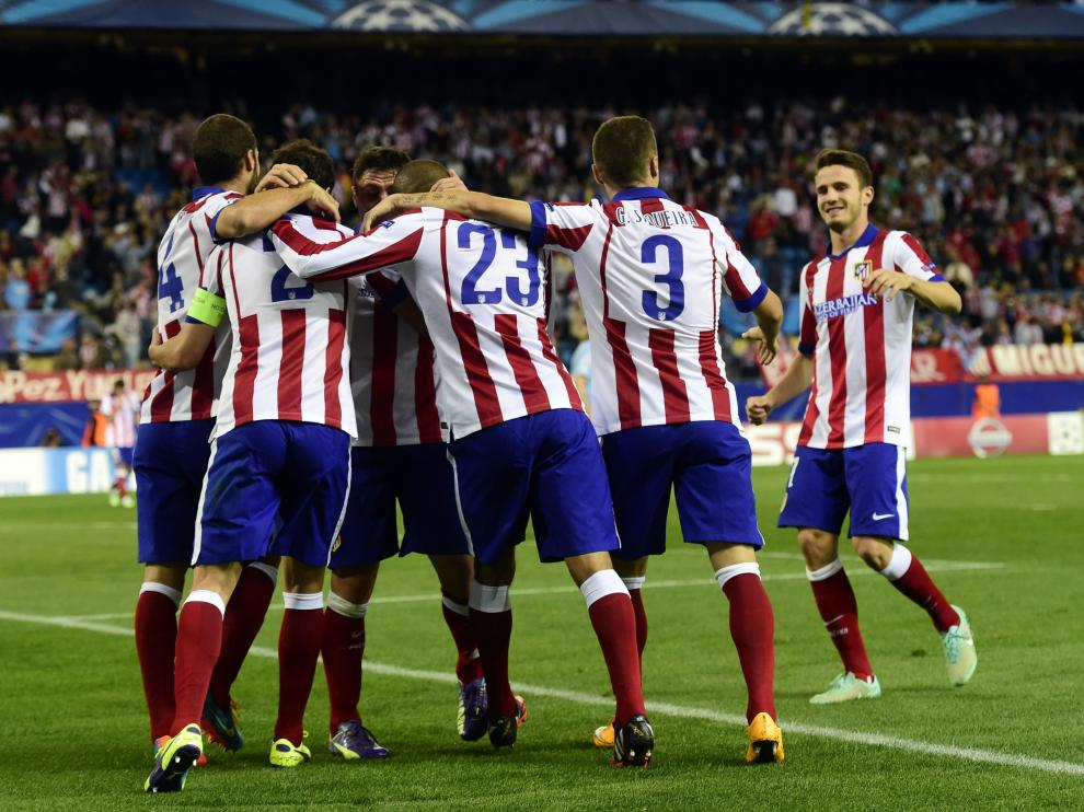 Los jugadores atléticos celebran un gol en una noche festiva en el Calderón