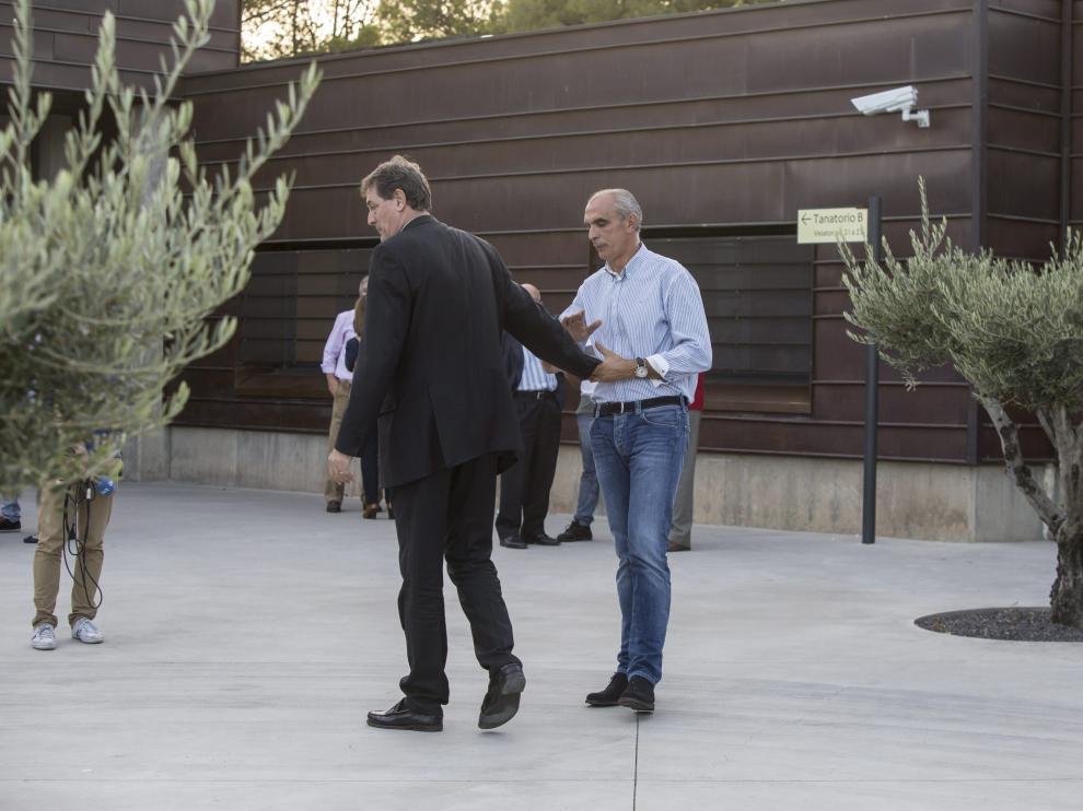Fernando Arcega y Andoni Cedrún, en el velatorio
