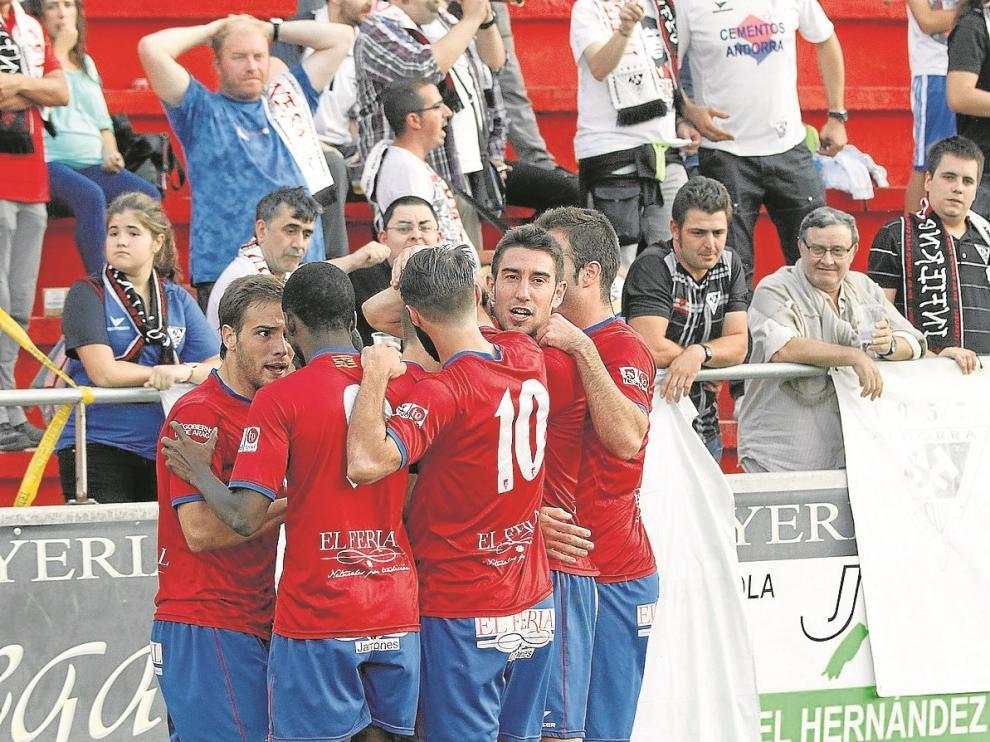 Los jugadores del Teruel celebran un gol en el partido de ayer en Pinilla.