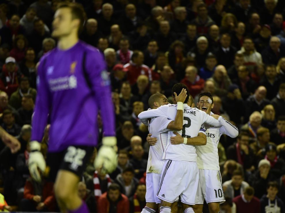 Los jugadores del Real Madrid celebrando un gol en Anfield