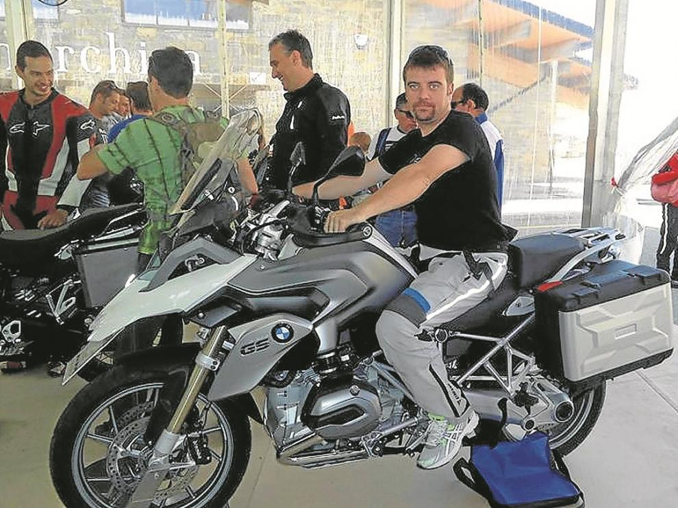 Raúl Cebollero, el joven fallecido en Cheste, sobre una moto, su gran pasión.