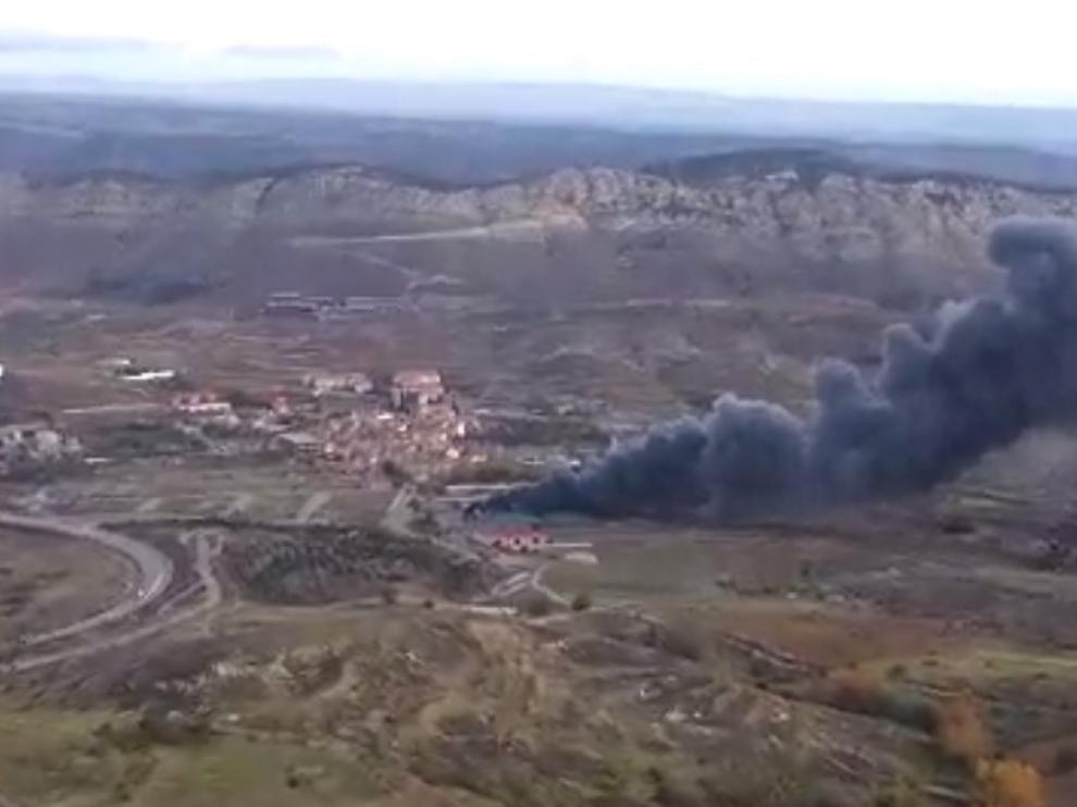 Una gran columna de humo se puede ver desde varios kilómetros de distancia