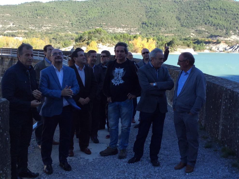 Javier Lambán junto a los alcaldes de los municipios en el embalse de La Peña