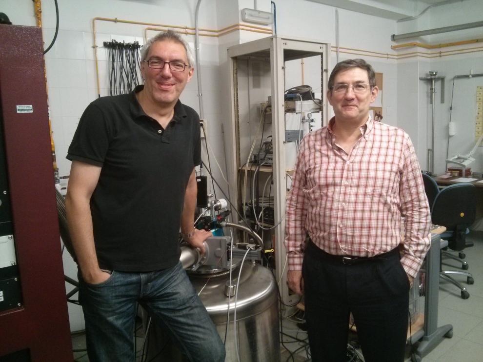 Marco Evangelisti y Elías Palacio, en los laboratorios del ICMA.
