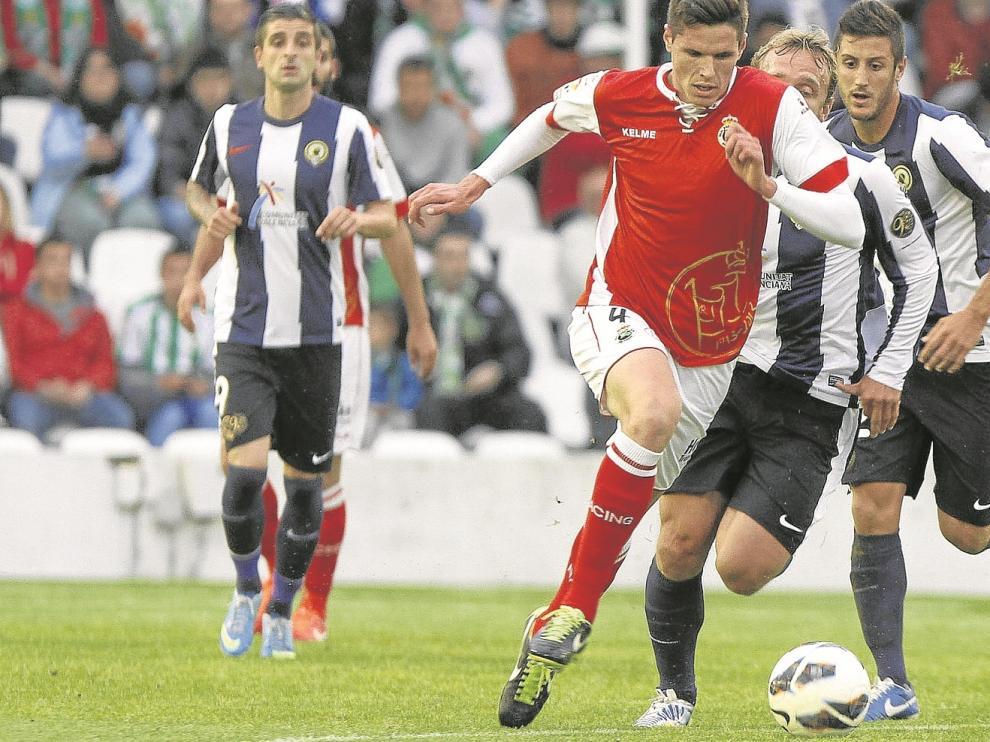 Yuste, jugador del Racing, conduce el balón en el polémico partido contra el Hércules que el Huesca entiende que fue amañado.