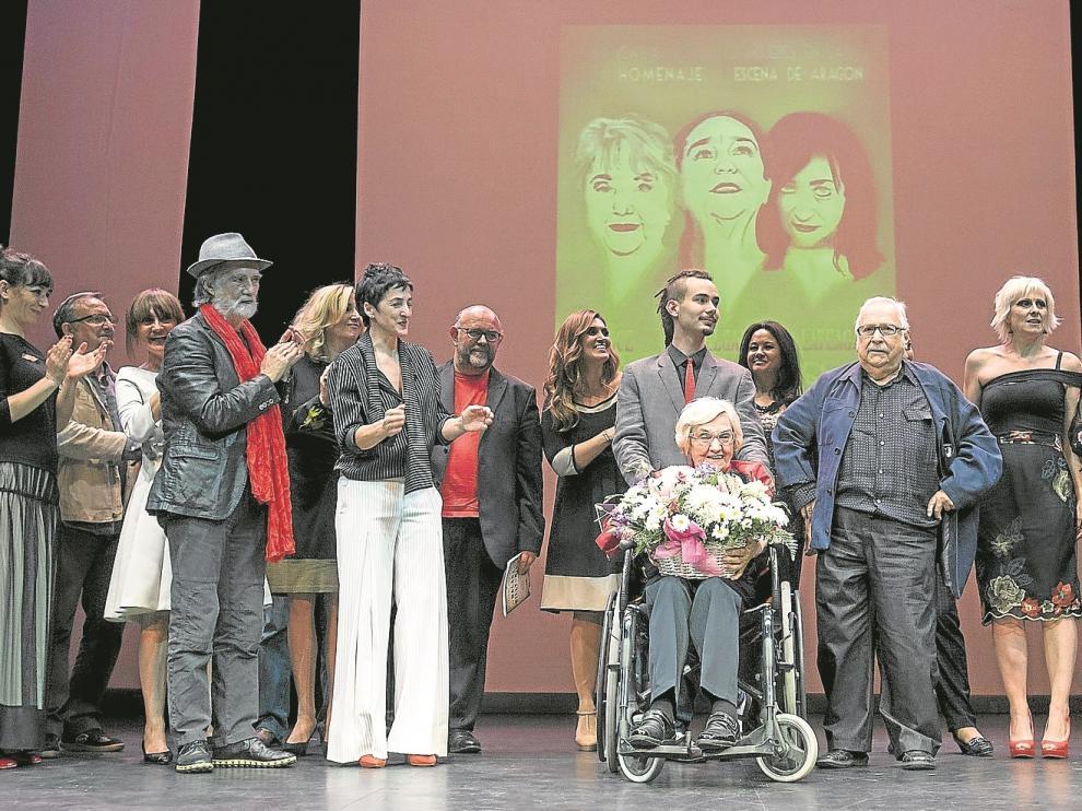 Pilar Doce, en el centro en silla de ruedas, rodeada de las actrices y personalidades que tomaron parte en el homenaje.