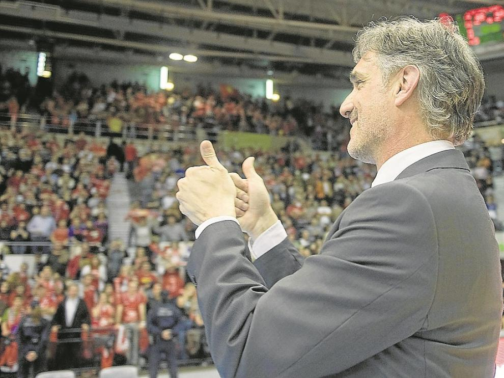 Abós celebra en el Príncipe Felipe con la afición el ascenso a la ACB en 2010.