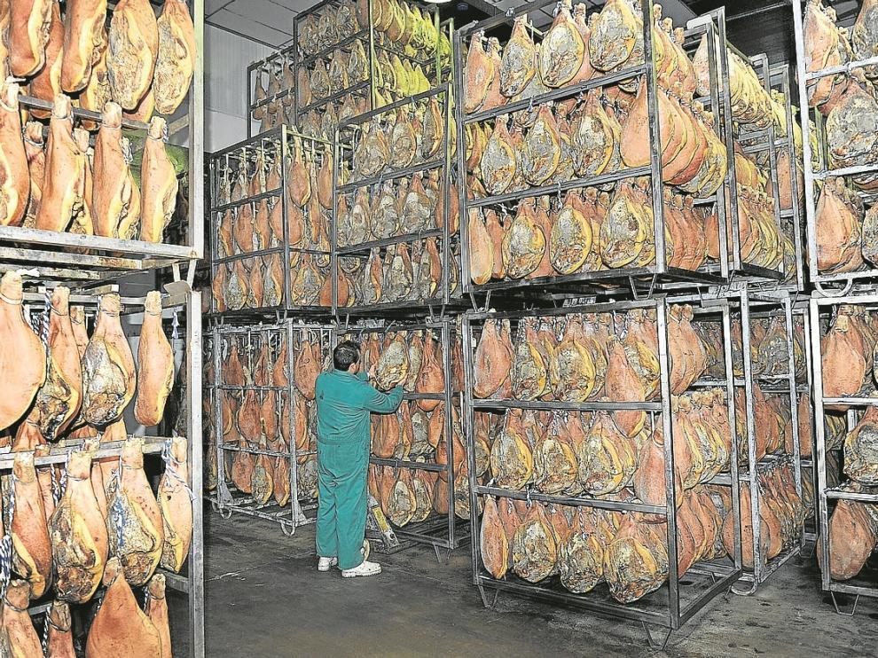 La Denominación de Origen Jamón de Teruel aglutina 47 secaderos -como el de la foto- que producirán 250.000 piezas en 2014. El Consejo Reglador se renovó el pasado mes de junio tras la peor crisis de este organismo en sus 30 años de historia.