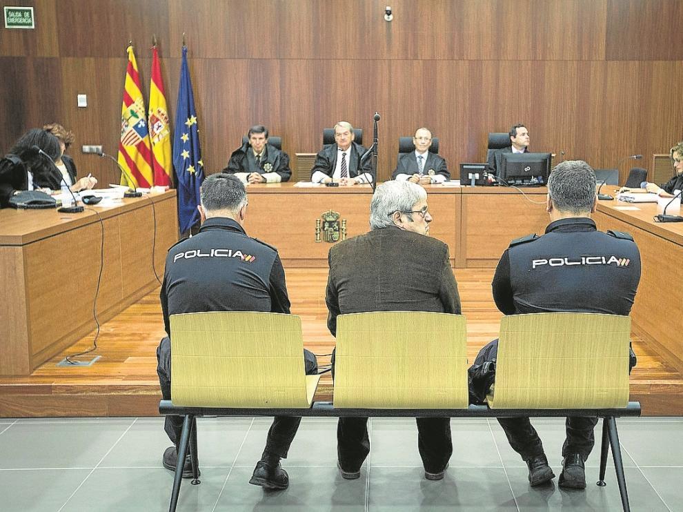 El acusado, escoltado por dos policías nacionales, durante el juicio celebrado ayer.