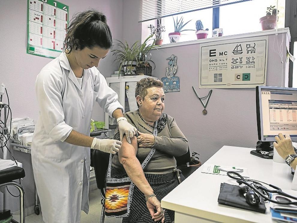 Una enfermera vacunando a una paciente durante la campaña de vacunación del pasado mes de octubre.