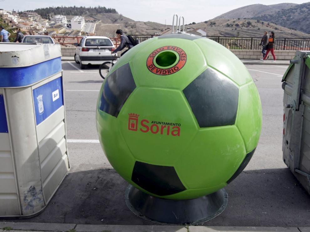 Contenedor de vidrio en forma de balón ubicado en Los Pajaritos