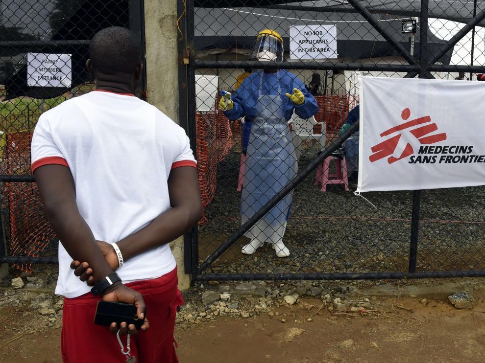 Un hombre pregunta a un trabajador sanitario en un centro de Médicos Sin Fronteras, en Monrovia.
