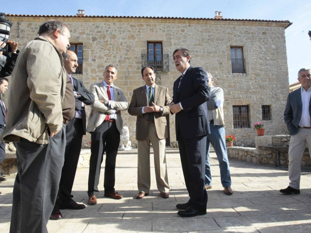 Los representantes de la Diputación Provincial y del Ayuntamiento de Alcubilla de Avellaneda, momentos antes de la hacer entrega del premio a Municipio Turístico