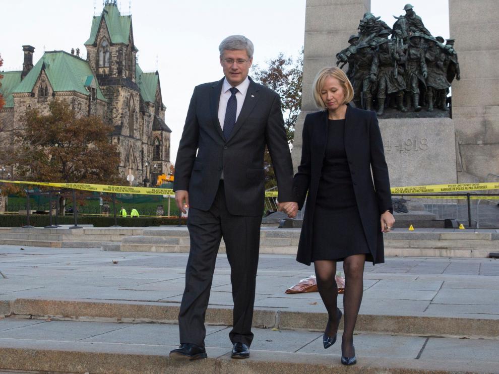 El primer ministro canadiense y su esposa caminan en el lugar en el que resultó herido mortalmente el soldado