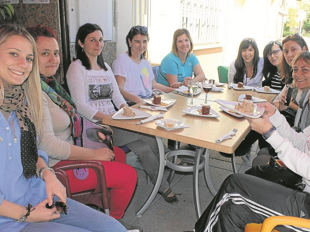 Un grupo de profesoras degusta las tapas en la terraza del Hotel Sariñena.