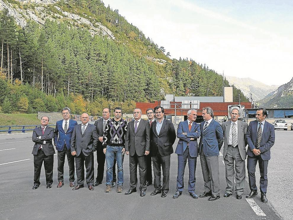 El comité ejecutivo de la CREA, con el alcalde de Canfranc –con jersey–, delante del túnel.