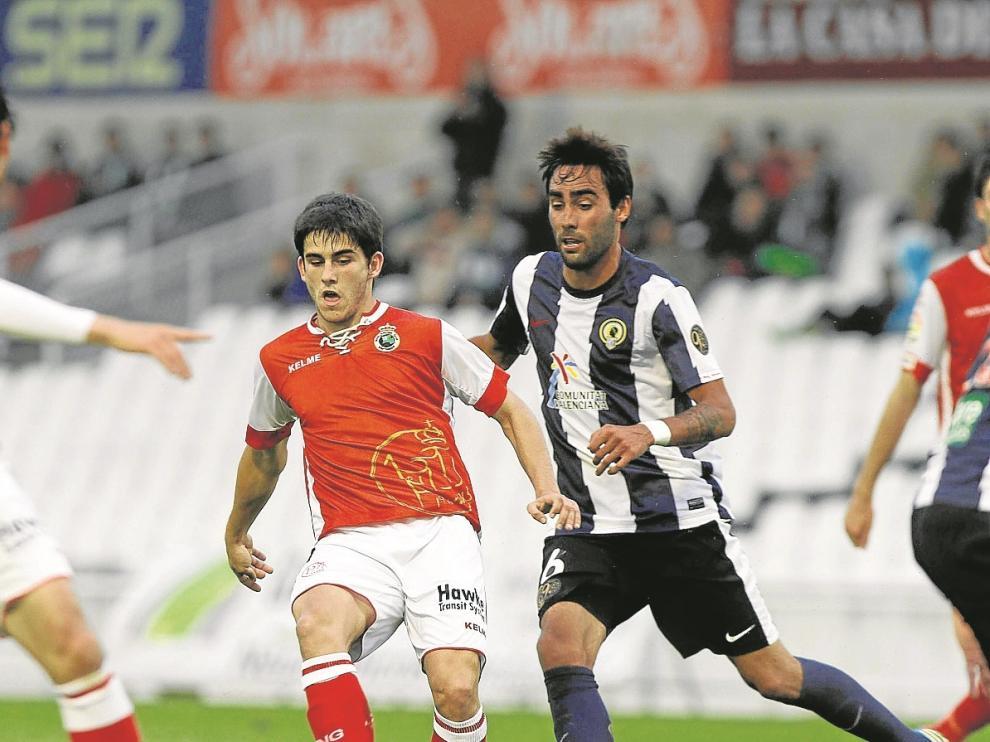 Jairo (Racing) pasa el balón en el encuentro ante el Hércules de aquel 4 de junio de 2013.