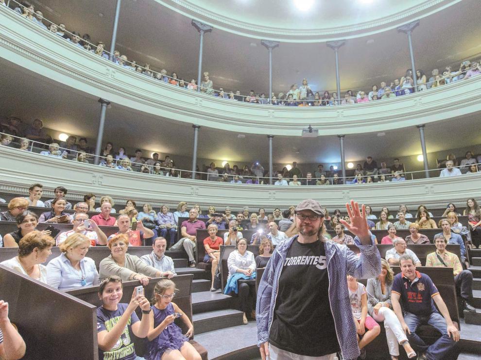 Santiago Segura, un hombre anuncio de la quinta entrega de 'Torrente', saludando a sus fans en el Paraninfo de Zaragoza.