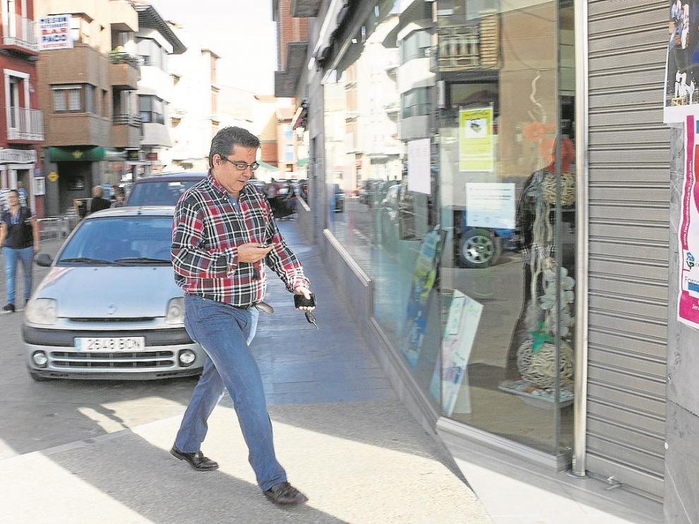 El farmacéutico de Cariñena reabrió ayer su botica tras ser desprecintada por la Guardia Civil.