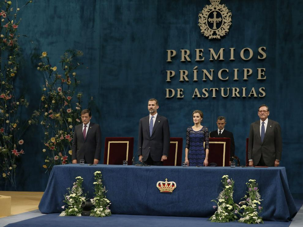 La equivocación ha provocado las carcajadas de los invitados al Teatro Campoamor y un cariñoso beso de la Reina.