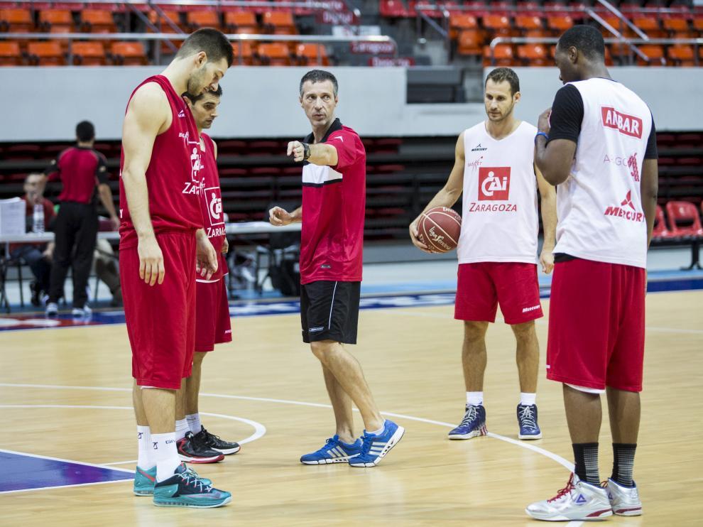 Ruiz Lorente da órdenes a sus jugadores