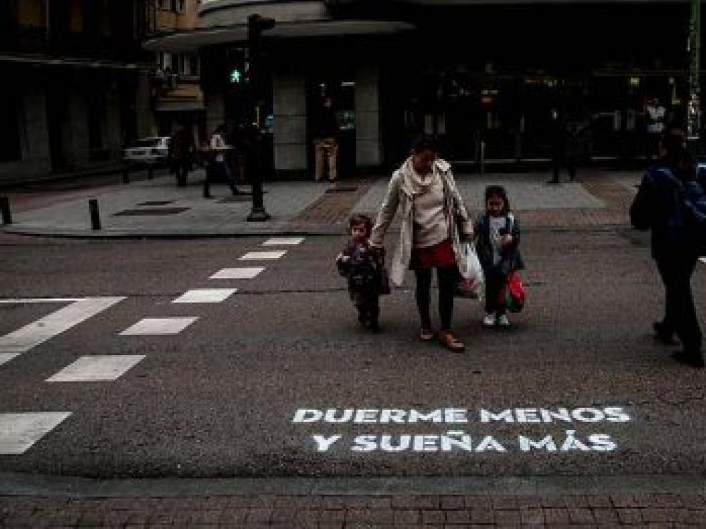 Misteriosos versos de amor inundan las calles de Madrid