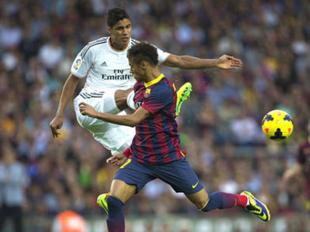 Varane y Neymar disputan un balón en el clásico de la pasada campaña