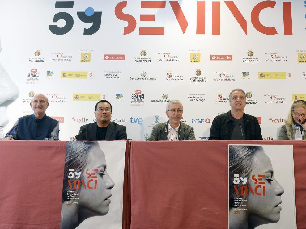 El director de la Seminci, Javier Angulo, junto al jurado