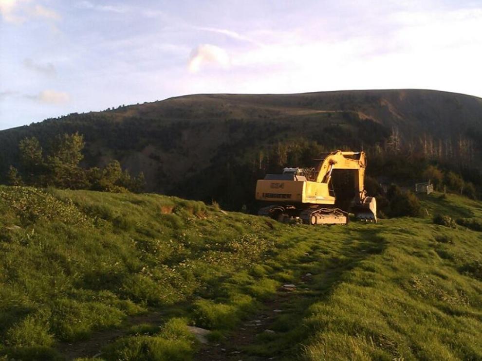 La excavadora haciendo la nueva pista de acceso a Otal