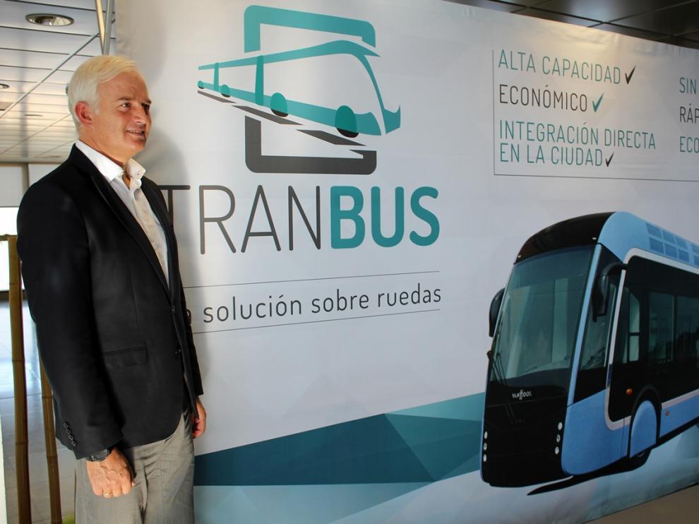 Eloy Suárez, durante la presentación del 'tranbus'