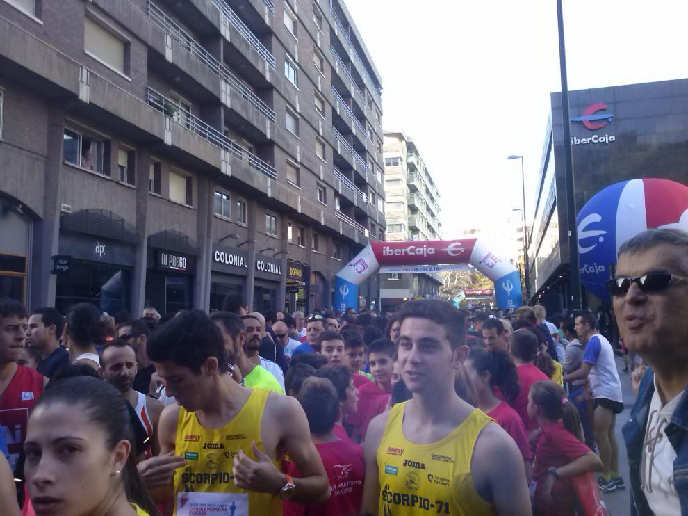 Miles de personas esperaban la salida de la carrera este domingo