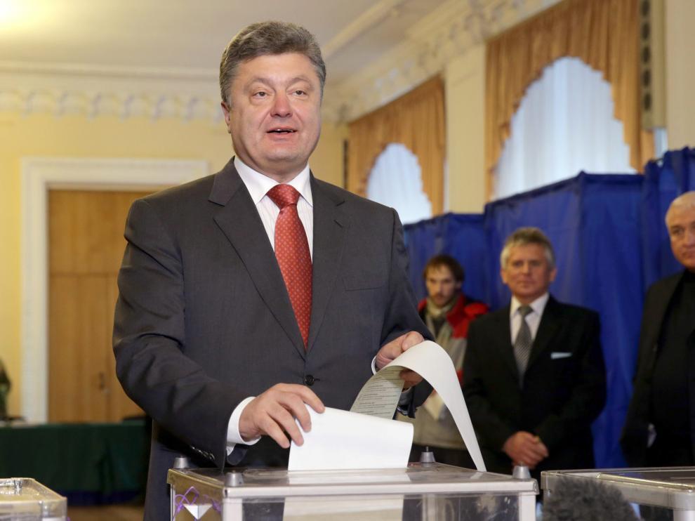 Petró Poroshenko en el momento de emitir su voto