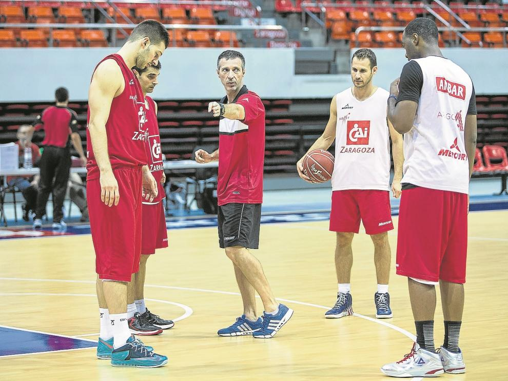 El entrenador del CAI Zaragoza, Joaquín Ruiz Lorente, da instrucciones a sus jugadores.