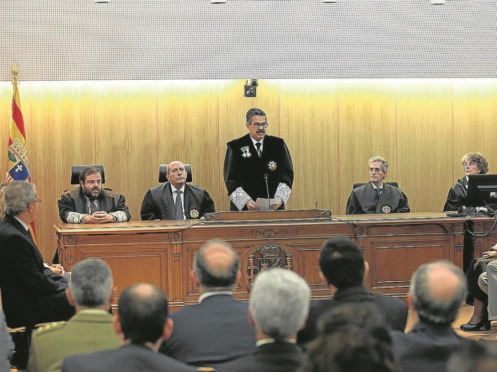 Santiago Serena, de pie, presidió la Apertura del Año Judicial en el nuevo Palacio de Justicia.