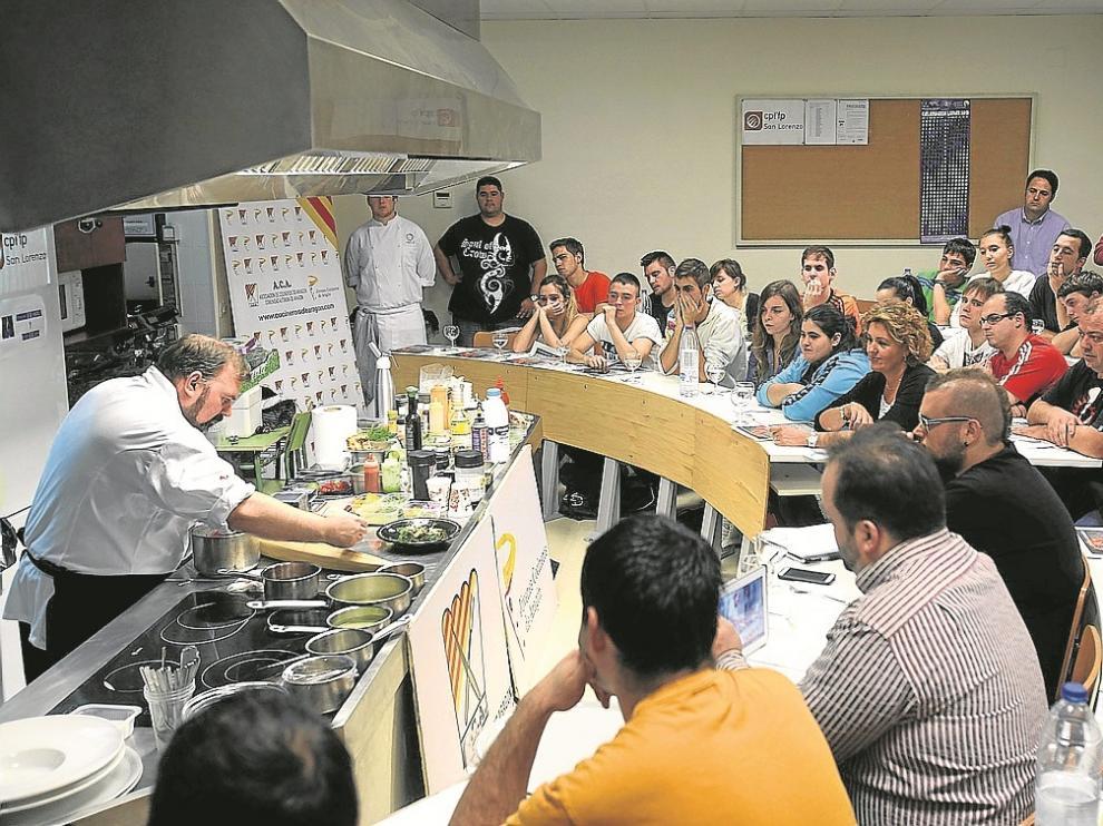 El cocinero Óscar Rodríguez impartió el curso en la Escuela de Hostelería de Huesca.