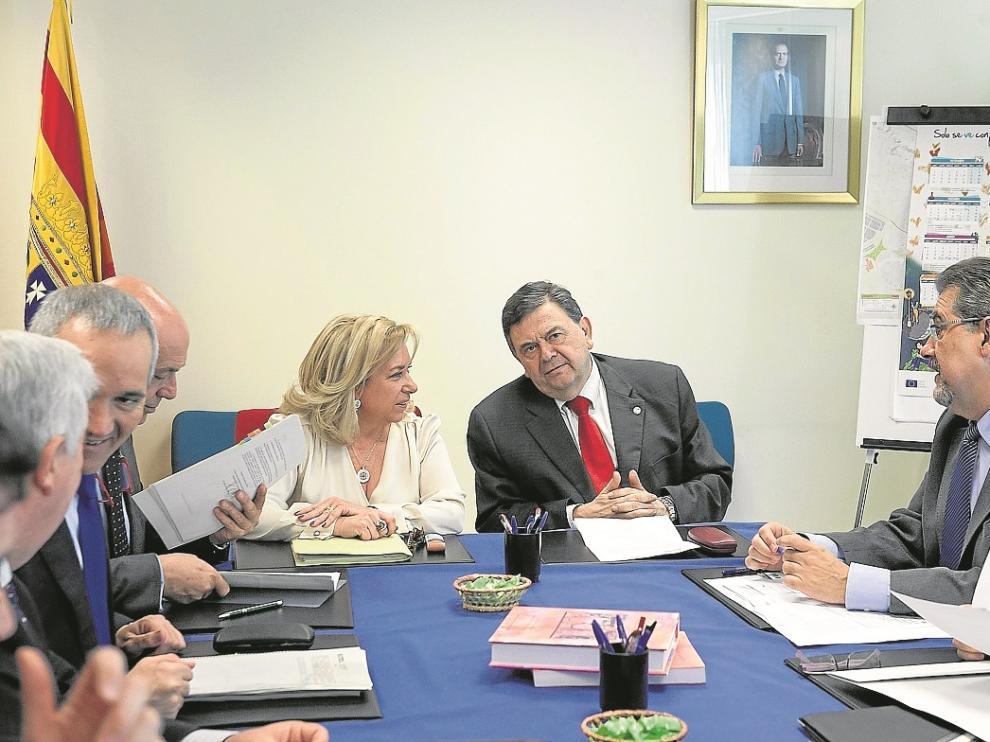 La consejera y el rector con sus respectivos equipos en una reunión mantenida en marzo.