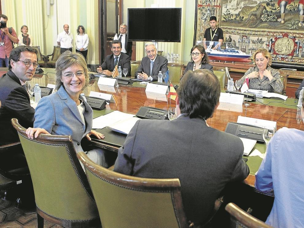La ministra de Medio Ambiente, IsabelGarcía Tejerina y, al fondo, el consejero Modesto Lobón, este lunes.