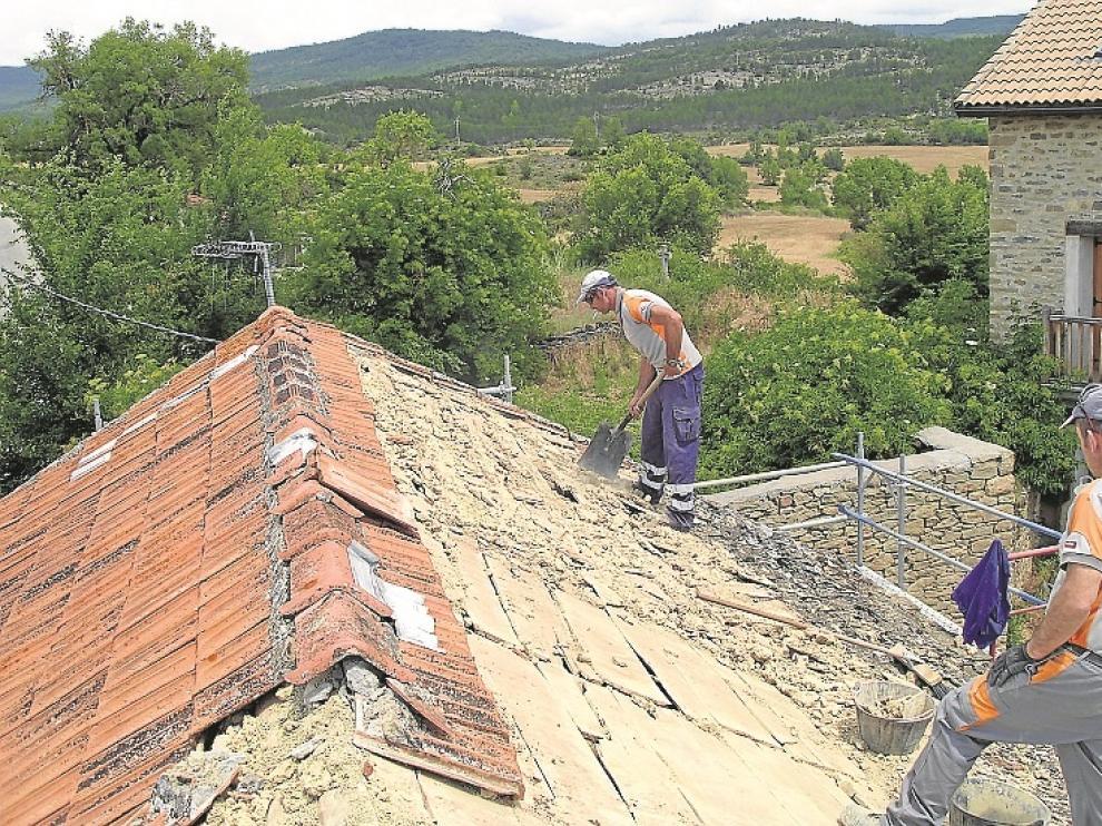 Obras para sustituir la cubierta del centro social de Orna.